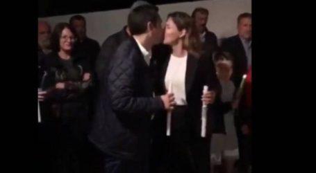 Το φιλί του Αλέξη Τσίπρα στην Μπέτυ Μπαζιάνα για το «Χριστός Ανέστη»