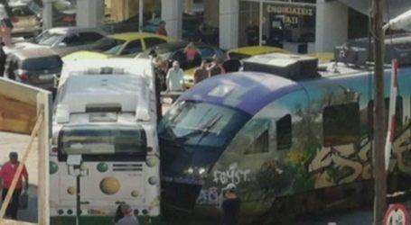 Λεωφορείο συγκρούστηκε με συρμό του προαστιακού στη Λιοσίων (βίντεο)