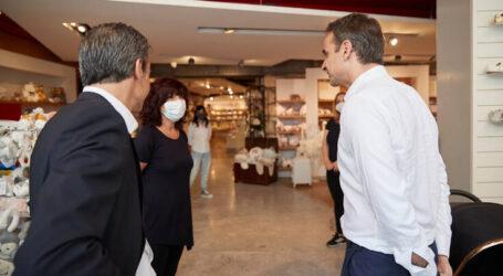 Ο Τσίπρας στο κέντρο της Αθήνας – Στην Ερμού ο Μητσοτάκης – Μίλησαν με καταστηματάρχες και εργαζόμενους