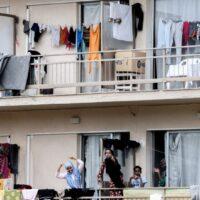 Μεταναστευτικό: Βγάζουν από διαμερίσματα, δομές και ξενοδοχεία 11.237 πρόσφυγες και μετανάστες