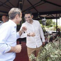 Στον Πειραιά ο Μητσοτάκης: Αυτοψία για την πρώτη μέρα επαναλειτουργίας της εστίασης με.. αγκωνιές